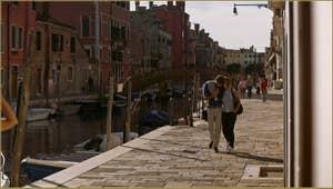 Amoureux sur la Fondamenta de le Capuzzine, le long du rio de San Girolamo, dans le Sestier du Cannaregio à Venise.