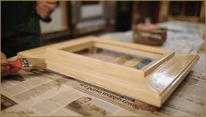 La préparation du cadre par Gennaro Stolfi, ici on enduit le bois brut d'une couche de colle de lapin.