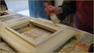 La seconde étape de préparation du cadre consiste à enduire celui-ci d'une couche de plâtre mélangé à de la colle de poisson.