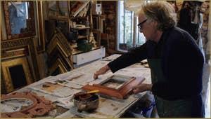 Le Maître doreur Gennaro Stolfi en train d'enduire le cadre de sa couche finale destinée à recevoir la feuille d'or.