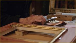 L'extraction des feuilles d'or par le maître doreur Gennaro Stolfi, un travail délicat tant les feuilles sont fines et légères.