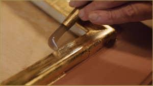 Le polissage de l'or par le maître doreur Gennaro Stolfi, avec un outil se terminant par une pierre d'agate.