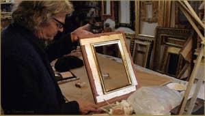 Le Maître doreur Gennaro Stolfi et le cadre en cours de réalisation.