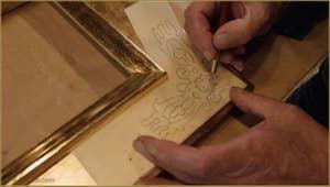 Le maître doreur grave le motif qui sera représenté sur chacun des angles du cadre.