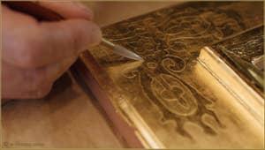 Le maître doreur Gennaro Stolfi en train de polir l'intérieur des motifs d'angle, dans son atelier à Venise.