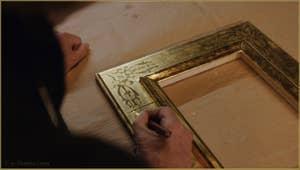 Le maître doreur Gennaro Stolfi en train de polir les motifs décoratifs du cadre, dans son atelier à Venise.