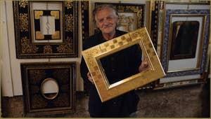 Le maître doreur à l'or fin, Gennaro Stolfi tenant à la main le cadre terminé, dans son atelier à Venise.