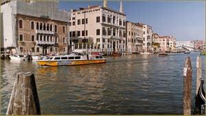Bateau Alilaguna sur le Grand Canal à Venise.