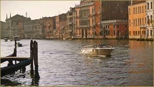 Bateau-taxi sur le Grand Canal à Venise.