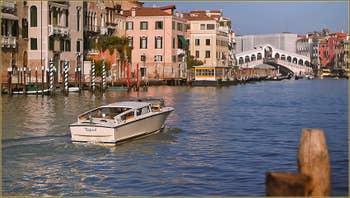 Bateau-taxi sur le Grand Canal à Venise, au fond, le pont du Rialto.