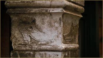 Bas-relief datant de 1659, représentant une paire de chaussures, symbole de la Scuola dei Calegheri Tedeschi, les cordonniers allemands. À l'angle de Crosera et de la Calle dei Orbi, dans le Sestier de Saint-Marc à Venise.