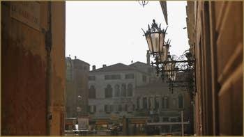 Jolis lampadaires en fer forgé, sur la façade du Palazzo Grassi, Campo San Samuele, dans le Sestier de Saint-Marc à Venise.