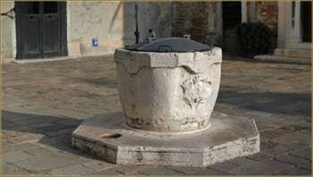 Le puits en pierre d'Istrie du Campo San Samuele, datant de 1733, dans le Sestier de Saint-Marc à Venise.