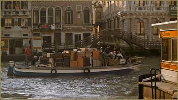 Bateau de déménagement sur le Grand Canal de Venise, devant l'arrêt de vaporetto San Samuele, dans le Sestier de Saint-Marc à Venise.