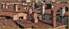 Cheminées vénitiennes autour de la Corte de la Vida, dans le Sestier de Saint-Marc à Venise