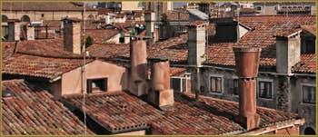 Cheminées vénitiennes autour de la Corte de la Vida, dans le Sestier de Saint-Marc à Venise.