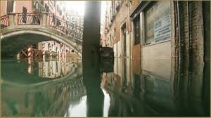Acqua Alta, rio dei Bareteri, sous le pont dei Pignoli, dans le Sestier de Saint-Marc à Venise.