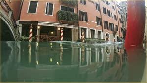 Acqua Alta, rio dei Bareteri, dans le Sestier de Saint-Marc à Venise.