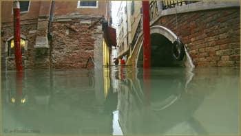 Acqua Alta, rio et pont dei Ferali, dans le Sestier de Saint-Marc à Venise