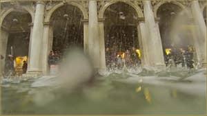 Acqua Alta, les gouttières de la Bibliothèque Marciana à Saint-Marc à Venise.