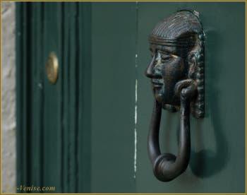 Poignée de porte vénitienne-égyptienne, Campiello dei Miracoli, dans le Sestier du Cannaregio à Venise.