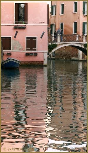 Reflets sur le rio dei Santi Apostoli, sous le pont San Canzian, dans le Sestier du Cannaregio à Venise.