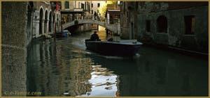 La vie vénitienne, sur le rio dei Santi Apostoli, dans le Sestier du Cannaregio à Venise.