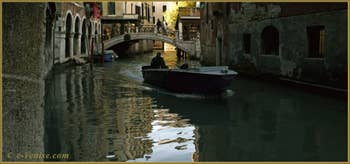 La vie vénitienne, sur le rio dei Santi Apostoli