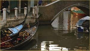 Gondoles sur le rio de la Madalena, devant le pont Sant'Antonio, dans le Sestier du Cannaregio à Venise.