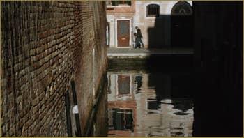 Reflets sur le rio dei Grimani, dans le Sestier du Cannaregio à Venise.