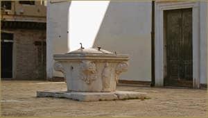 Le puits du Campo San Marziale qui date du XVe siècle, dans le sestier du Cannaregio à Venise.