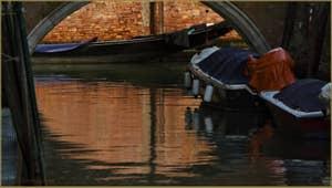 Reflets sur le rio Grimani, dans le Sestier du Cannaregio à Venise.