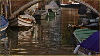 Reflets sur le rio del Trapolin, sous le pont Zancani, dans le Sestier du Cannaregio à Venise.
