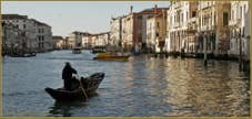 Les reflets bleu et or du Grand Canal à Venise.
