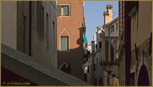 Le balcon du Palazzo Bragadin Carabba, dans le Sestier du Cannaregio à Venise.