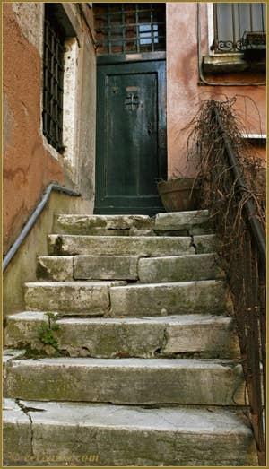 L'un des escaliers d'accès aux palazzi Morosini, Corte Morosina, dans le Sestier du Cannaregio à Venise.