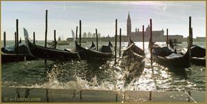 Gondoles éclaboussées de lumière Riva degli Schiavoni, dans le Sestier du Castello à Venise.
