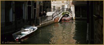 Ça passe tout juste ! Sous le pont de la Tetta, sur le rio de San Giovanni Laterano, ce midi, dans le Sestier du Castello à Venise.