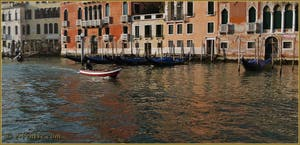 Les reflets sang et or du Grand Canal de Venise.