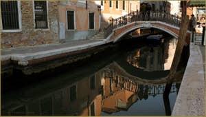 Reflets d'or sous le pont San Barnaba, dans le Sestier du Dorsoduro à Venise.
