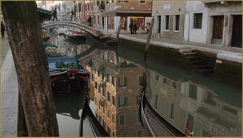 Reflets et gondoles sur le rio de San Barnaba, dans le Sestier du Dorsoduro à Venise.