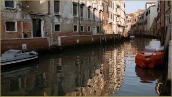 Reflets sur le rio de Santa Margarita ou Margherita, dans le Sestier du Dorsoduro à Venise.
