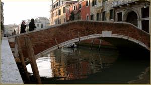 Reflets sous le pont dei Foscarini, dans le Sestier du Dorsoduro à Venise.