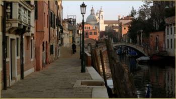 La Fondamenta et le rio dei Ognissanti, au fond, le pont Trevisan, dans le Sestier du Dorsoduro à Venise.