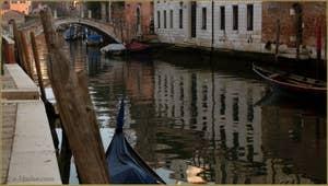Reflets sur le rio dei Ognissanti, au fond, le pont Trevisan, dans le Sestier du Dorsoduro à Venise.