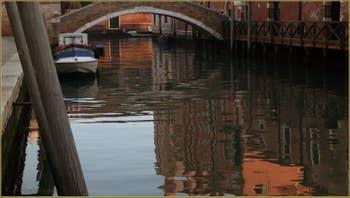 Reflets sur le rio dei Ognissanti, au fond, le pont de la Scoazzera, dans le Sestier du Dorsoduro à Venise.