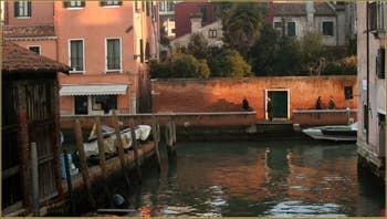 Reflets d'or entre le rio dei Ognissanti et celui de San Trovaso, dans le Sestier du Dorsoduro à Venise.