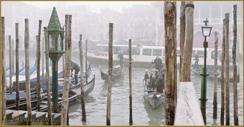 Le brouillard au Traghetto de Santa Sofia, face au marché du Rialto, sur le Grand Canal de Venise.