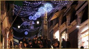 Les illuminations de Noël sur le pont du Rialto à Venise.