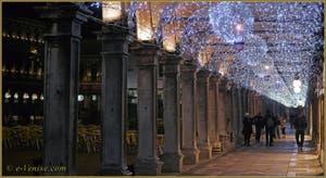 Les illuminations de Noël sous les Procuraties, place Saint-Marc à Venise.